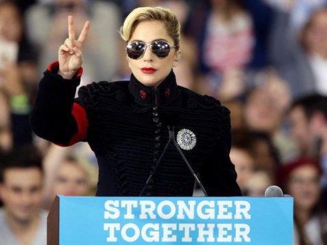 Lady Gaga neonazi futuristica a un comizio pro-Hillary